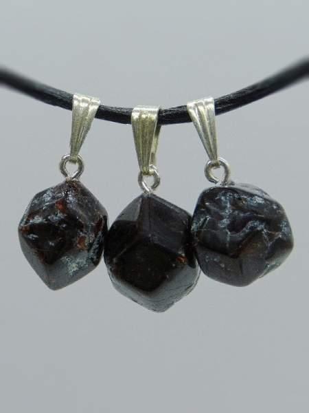 Granat aus Österreich, mit Silberöse, 3 Stück